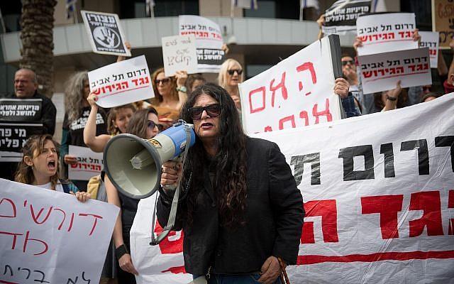Des demandeurs d'asile africains et des militants israéliens protestent devant le ministère de la Défense à Tel Aviv, contre leur expulsion, le 3 avril 2018. (Miriam Alster/Flash90)