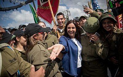 La ministre de la Culture et des Sports Miri Regev pose pour des photos avec des soldats israéliens le 9 avril 2018, alors qu'elle arrive à une conférence de presse au Mt Herzl à Jérusalem, où les célébrations nationales officielles auront lieu en l'honneur du 70e anniversaire de l'indépendance d'Israël la semaine prochaine. (Yonatan Sindel/Flash90)