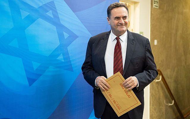 Le ministre des Transports et du Renseignement, Israël Katz, arrive à la réunion hebdomadaire du cabinet du Premier ministre à Jérusalem le 11 avril 2018. (Yoav Ari Dudkevitch/Pool/Flash90)