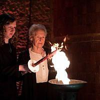 Des survivants de la Shoah allument six torches représentant les six millions de victimes du génocide nazi lors de la cérémonie au Musée commémoratif de la Shoah Yad Vashem à Jérusalem, alors qu'Israël célèbre la Journée annuelle de Yom HaShoah, le 11 avril 2018. (Crédit : Yonatan Sindel / Flash90)