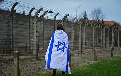 Des jeunes juifs du monde entier participent à la Marche des vivants au camp d'Auschwitz-Birkenau en Pologne le 11 avril 2018 (Crédit : Yossi Zeliger / Flash90)