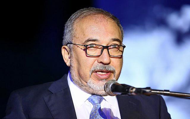 Le ministre de la Défense, Avigdor Liberman, s'exprime lors d'une cérémonie commémorative de l'Holocauste dans le kibboutz  Yad Mordechai, le 12 avril 2018 (Crédit : Flash90)