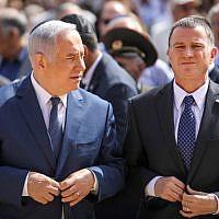 Le Premier ministre Benjamin Netanyahu (à gauche) et le président de la Knesset, Yuli Edelstein, lors d'une cérémonie officielle au musée de la Shoah Yad Vashem à Jérusalem alors qu'Israël célèbre la journée annuelle du Yom HaShoah, le 12 avril 2018. (Crédit : Noam Moskowitz / POOL)