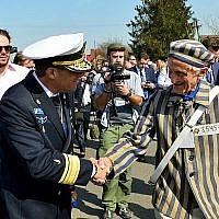 Un haut responsable militaire (à gauche) serre la main du survivant de la Shoah Edward Mossberg lors de la Marche des vivants en Pologne le 12 avril 2018 (crédit : Yossi Zeliger / Flash90)