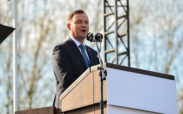 Le président polonais Andrzej Duda s'exprime lors d'une cérémonie à la Marche des vivants au camp d'Auschwitz-Birkenau en Pologne, le 12 avril 2018. (Crédit : Yossi Zeliger / Flash90)