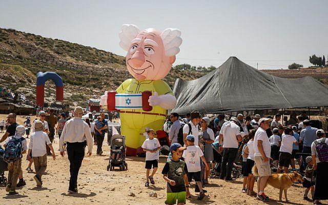 Les gens célèbrent la fête de l'indépendance d'Israël lors d'une foire de Tsahal dans l'implantation juive d'Efrat à Gush Etzion, le 19 avril 2018 (Crédit : Gershon Elinson / Flash90)