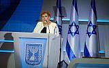 Miriam Peretz, lauréate du prix Israël, parle lors de la cérémonie au Centre international de conférences (ICC) à Jérusalem le 19 avril 2018. (Hadas Parush / Flash90)