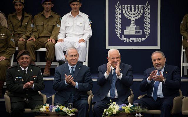 Le chef d'état-major Gadi Eisenkott, le Premier ministre Benjamin Netanyahu, le Président Reuven Rivlin et le ministre de la Défense Avigdor Liberman assistent à une cérémonie de remise de prix à des soldats exceptionnels dans le cadre des célébrations du 70e anniversaire de l'indépendance d'Israël. 19 avril 2018 (Crédit : Yonatan Sindel / Flash90)