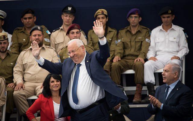 Le président Reuven Rivlin lors d'une cérémonie qui a récompensé des soldats exceptionnels dans le cadre des célébrations du 70e anniversaire de la fête de l'indépendance d'Israël, à la résidence du président à Jérusalem, 19 avril 2018 (Crédit : Yonatan Sindel / Flash90)