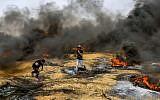 Les manifestants palestiniens durant les affrontements avec les forces de sécurité israéliennes sur la frontière entre Israël et Gaza, à l'est de Khan Yunis, dans le sud de la bande de Gaza, le 20 avril 2018 (Crédit : Abed Rahim Khatib/Flash90)