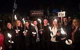Le chef du parti de l'Union sioniste Avi Gabbay et les députés de l'Union sioniste tiennent des torches lors d'une manifestation contre les tentatives de promulguer des lois qui contournent la Cour suprême de justice et la critique publique de l'intervention de la cour dans le processus législatif, à Jérusalem, le 21 avril 2018. (Yonatan Sindel/Flash90)