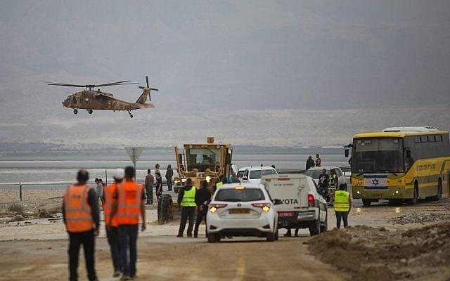Un hélicoptère militaire recherche des randonneurs portés-disparus dans le sud d'Israël, près de la mer Morte, le 26 avril 2018 (Crédit :  Hadas Parush/Flash90)