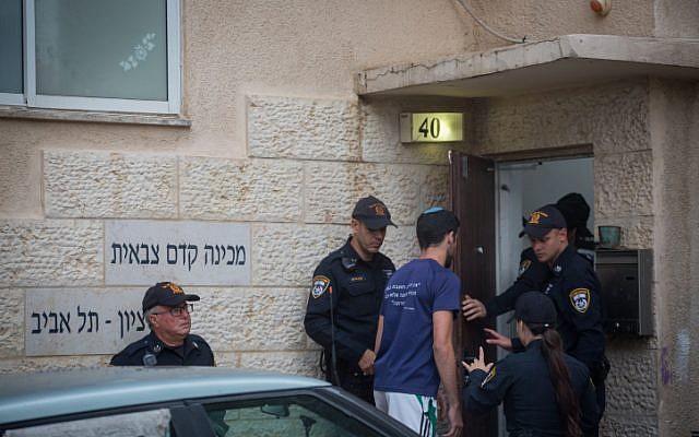 La police à l'entrée de l'académie prémilitaire Bnei Tzion de Tel Aviv après la mort de neuf jeunes entraînée par des inondations lors d'une randonnée organisée par l'institution dans le désert de Judée, le 26 avril 2018 (Crédit : Miriam Alster/Flash90)