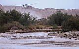 Illustration : des hélicoptères militaires à la recherche d'adolescents disparus emportés par l'inondation du ruisseau Tzafit près de la mer Morte dans le sud d'Israël, le 26 avril 2018 (Crédit : Maor Kinsbursky / Flash90)