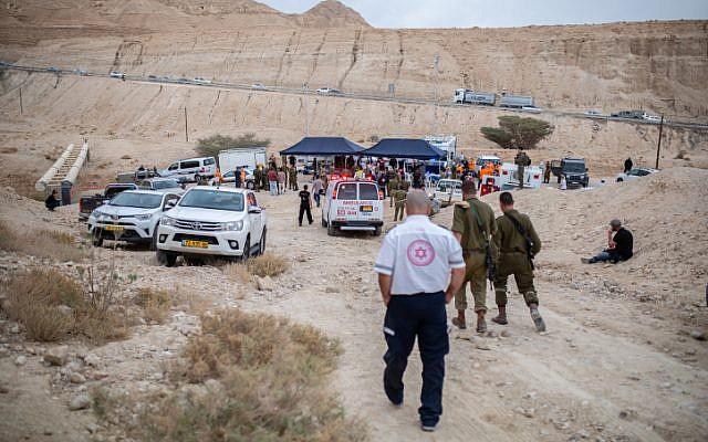 Les forces de sécurité aux abords de l'endroit où 10 jeunes Israéliens ont été emportés par des inondations éclairs dans le lit de la rivière Tzafit, à côté de la mer morte, dans le sud d'Israël, le 26 avril 2018 (Crédit : Maor Kinsbursky/Flash90)