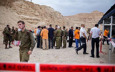 les secouristes près de l'endroit où 10 jeunes Israéliens ont été emportés par les dans le lit de la rivière Tzafit, près de la mer Morte dans le sud d'Israël, le 26 avril 2018. (Maor Kinsbursky / Flash90)