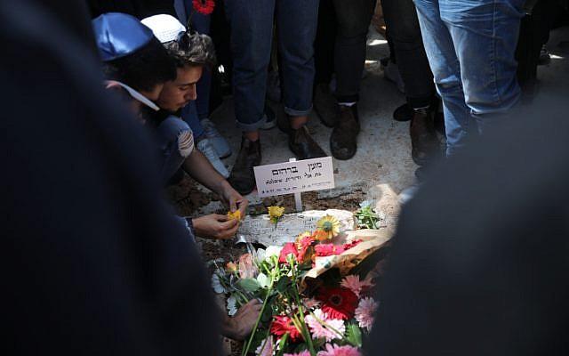 Des centaines personnes ont été présentes pendant les funérailles de Maayan Barhourm, au cimetière de Har Hameou'ot, de Jérusalem, le 27 avril 2018 (Crédit : Hadas Parush/ Flash90)