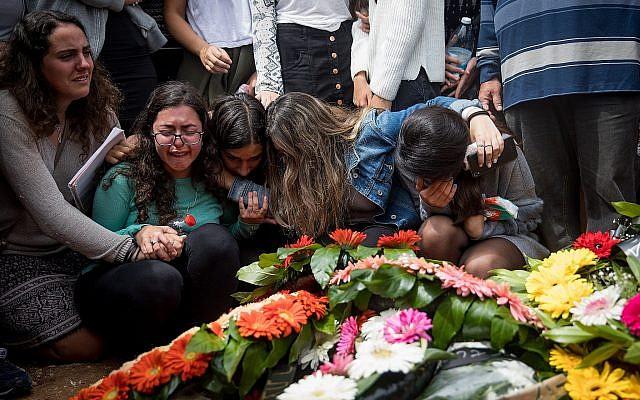Les amis et la familles près de la tombe d'Ella Or au cours de ses funérailles à Mishor Adumim après sa mort, aux côtés de neuf autres adolescents, causée par une crue soudaine. Photo prise le 27 avril 2018 (Crédit :   Yonatan Sindel/Flash90)