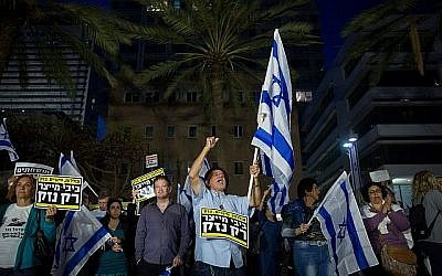 Les protestataires manifestent contre le Premier ministre Benjamin Netanyahu à Tel Aviv le 28 avril 2018 (Miriam Alster/Flash90).