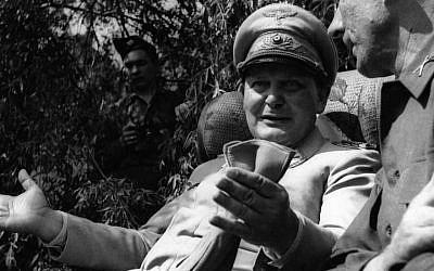 Hermann Goering avec un journaliste étranger dans son jardin à Augsbourg, en Allemagne, le 13 mai 1945 (Getty Images via JTA)