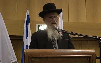 Le rabbin Yeshayahu Hadari, ancien directeur de la Yeshivat Hakotel, prend la parole lors des célébrations du 50e anniversaire de cette institution en 2017. (Capture d'écran : YouTube)