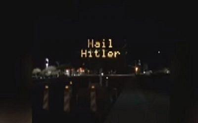 """Un panneau de signalisation dans le comté de Pinal, en Arizona, piraté avec écrit """"Hail Hitler"""", le 27 avril 2018. (Capture d'écran: YouTube)"""