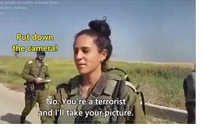 Capture d'écran d'une vidéo montrant des militants de gauche disant aux soldats israéliens basés à la frontière avec la bande de Gaza qu'ils sont des «terroristes» qui «massacrent des civils innocents» (Facebook)