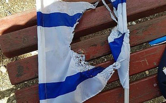 Un drapeau israélien brûlé trouvé sur l'un des deux Palestiniens de Jérusalem-Est arrêtés par la police dans le quartier French Hill de la capitale, le 16 avril 2018. (Police d'Israël)