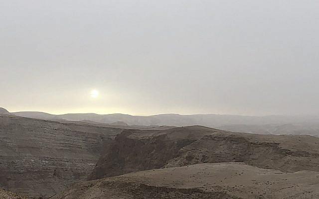 Coucher de soleil à Metzoke Dragot, sur la route 90, en descendant vers la mer Morte. (Crédit : Jessica Steinberg /Times of Israël)