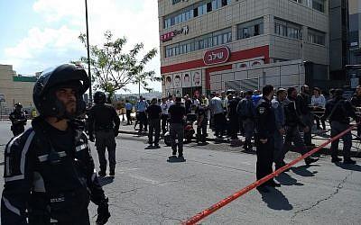 La police sur les lieux d'une attaque au couteau devant le centre commercial Hadar,à Jérusalem, le 29 avril 2018. (Crédit : Judah Ari Gross/The Times of Israel)