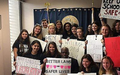 Des étudiants manifestent pour une plus grande sécurité dans les écoles après la fusillade de masse à Parkland, en Floride, le 14 février. (Zoe Terner/NFTY)