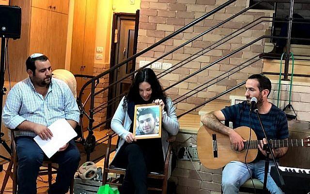 Tali Muskal (au centre) parle de son frère Refanel dans le cadre du Yom HaZikaron à Efrat le 15 avril 2018. (Jacob Magid/Times of Israel)