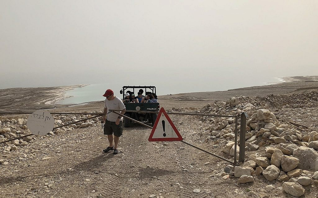 En route vers le bateau de Jaky Ben Zaken pour une balade sur la mer Morte (Jessica Steinberg / Times of Israël)