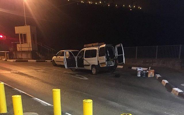 Le véhicule conduit par deux Palestiniens armés d'une bombe artisanale et d'un couteau au checkpoint d'Ein Yael, le 27 avril 2018 (Crédit : Bureau du porte-parole de la police)