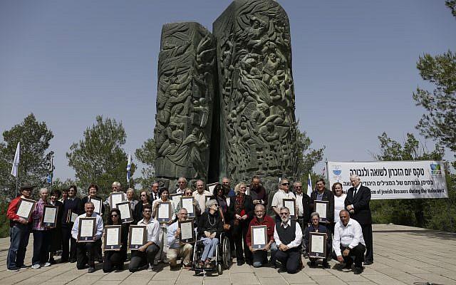 Résistants juifs en personne, ou représentés par leurs descendants portant la distinction décernée par des organisations juives, le 12 avril 2018, au monument du Rouleau de Feu, dans les collines de Jérusalem, accompagnés de Tsilla Hershco (Crédit: Haïm Versano)