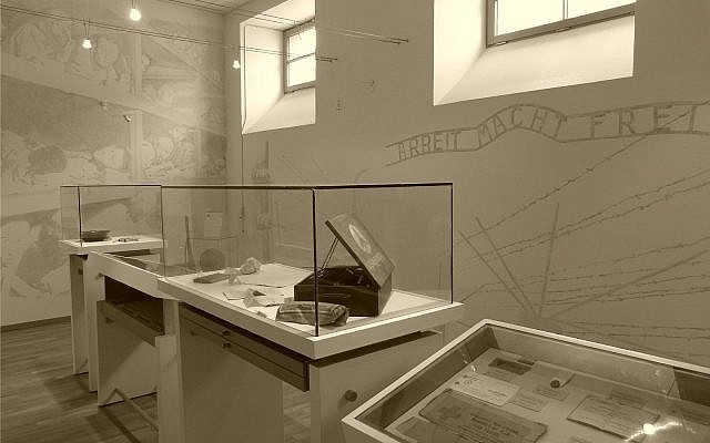 Salle des objets du souvenir du mémorial des déportés de la Mayenne (Crédit: Apmd53/Wikimedia Commons)