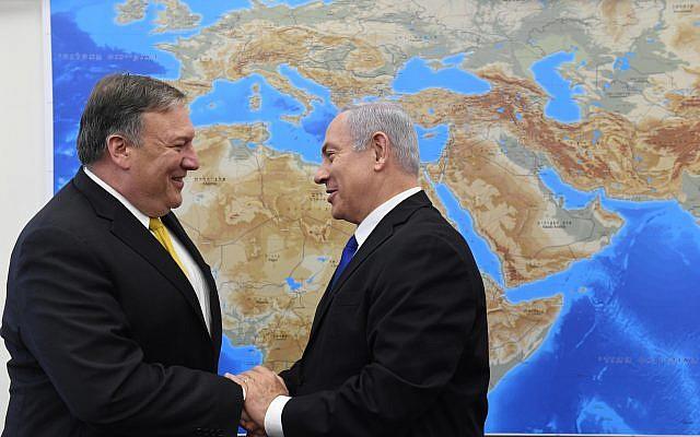 Le Premier ministre israélien Benjamin Netanyauh et le Secrétaire d'État à la Défense Mike Pompeo, à Tel Aviv, le 29 avril 2018. (Crédit : Haim Zach / GPO)