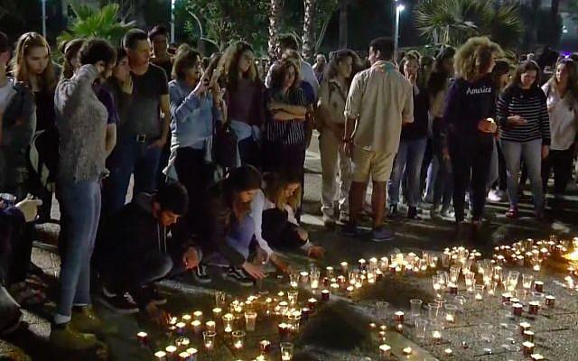 Des jeunes Israéliens allument des bougies lors d'une veillée à la place Rabin de Tel Aviv le 28 avril 2018, à la mémoire des 10 victimes tuées dans une crue soudaine lors d'une randonnée dans le désert de Judée. (Capture d'écran / YouTube)