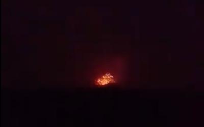Une explosion sur une base militaire iranienne présumée, en périphérie de la ville de Hama, en Syrie, le 29 avril 2018. (Crédit : capture d'écran Facebook)