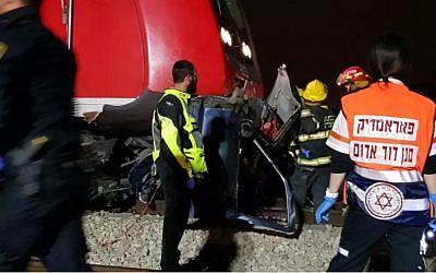 Les personnels médicaux sur la scène d'une collision entre un train et une voiture dans le centre d'Israël, le 7 avril 2018 (Crédit : MDA)