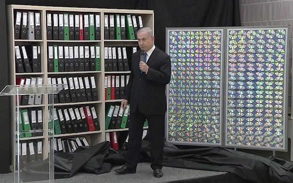 Le Premier ministre Benjamin Netanyahu désigne les archives du programme nucléaire iranien qu'Israël s'est procuré et qui, selon lui, prouvent que l'Iran a menti sur ses activités, le 30 avril 2018. (Crédit : Bureau du Premier ministre)