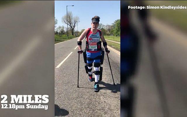 Le Britannique Simon Kindleysides, un homme de 34 ans paralysé à partir de la taille, utilise l'exosquelette ReWalk pour terminer le Marathon de Londres en 36 heures le 23 avril 2018 (Crédit : Capture d'écran YouTube)
