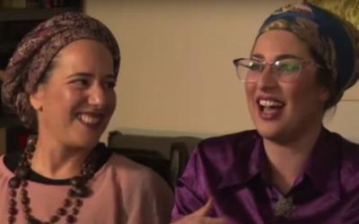 Aderet (à gauche) et Shiran Ambash, deux des épouses du chef de secte Daniel Ambash qui, en 2013, a été condamné pour avoir violé et maltraité ses femmes et ses enfants. (Capture d'écran : YouTube)