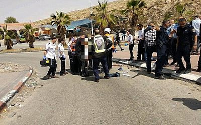 Des médecins israéliens soignent un homme soupçonné d'avoir essayé de poignarder une personne dans une station-service de Cisjordanie le 8 avril 2018. (Magen David Adom)
