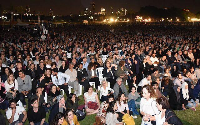 Des milliers de personnes assistent à une cérémonie conjointe israélo-palestinienne pour Yom HaZikaron au Parc HaYarkon de Tel Aviv le 16 avril 2018. (Rami Ben-Ari/Combattants pour la paix)