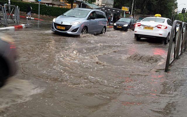 Inondations sur la rue Emek Refaim à Jérusalem, le 25 avril 2018. (Crédit : Stuart Winer/The Times of Israel)