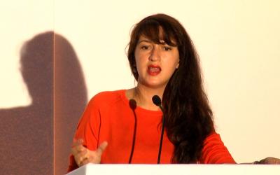 """Zineb El Rhazoui lors d'une conférence intitulée  """"Destroying Islamic Fascism"""" à la Conférence internationale sur liberté de parole et de conscience, à Londre du 22 au 24 juillet 2017 (Crédit: Nano GoleSorkh/Wikimedia Commons)"""