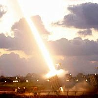 Une batterie de défense antimissile «Dôme de fer» installée près de la ville d'Ashdod, dans le sud d'Israël, tire un missile d'interception le 16 juillet 2014 (Miriam Alster / Flash90)