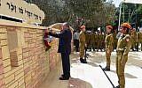 Le ministre de la Défense, Avigdor Liberman, dépose une couronne sur le mémorial des soldats israéliens tombés au combat au cimetière militaire de Kiryat Shaul, à Tel Aviv, le 18 avril 2018 (Ariel Hermoni / Ministère de la défense)