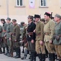 Des militants d'extrême-droite défilent à Lviv, en Ukraine,arborant l'uniforme de la 14ème division des Grenadiers  Waffen SS, unité d'élite nazie qui comprenait de nombreux ukrainiens ethniques du 1er Galicien (Capture d'écran :   YouTube)